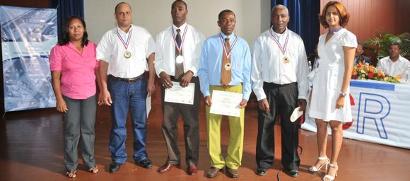 Un grupo de estudiantes meritorios