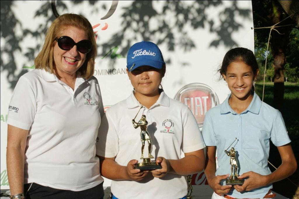 1.- Teresa Pérez, premia, pri mera y segunda, Stefany Kim y  María I. Sánchez Ramos, 72 y  81 golpes en 11.13 años..