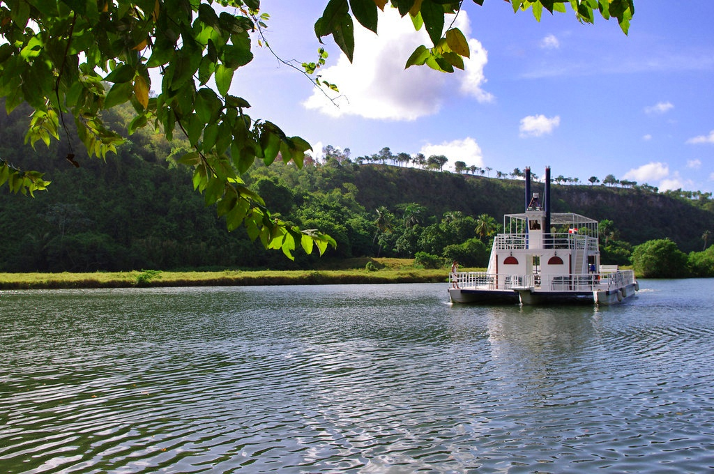 river_boat_Altos_de_Chavon_Casa_de_Campo