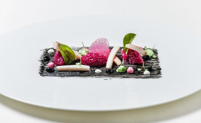 Gerâuchter Aal rote Beete schwarzer Knoblauch und Wasabi