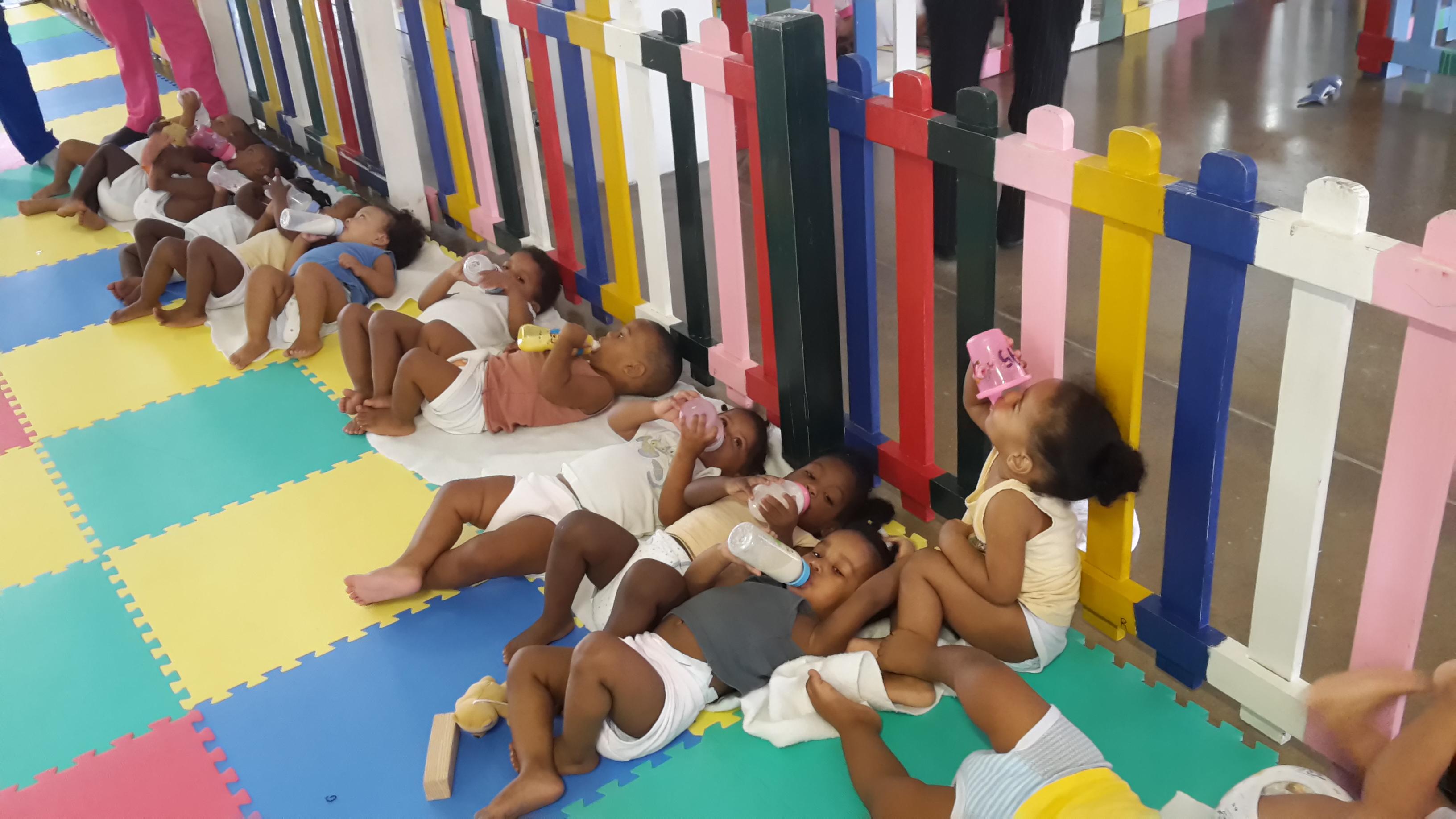 Sala de Infancia-Niños Tomando Leche 3